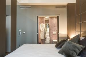 A bed or beds in a room at ZE Hotel