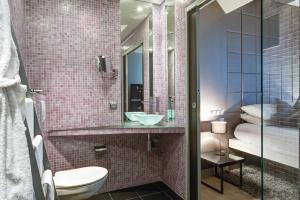 A bathroom at ZE Hotel