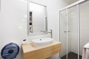 A bathroom at Dalrymple Hotel