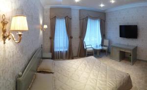 A television and/or entertainment centre at Hotel Zagorodny Ochag