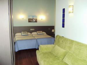 A bed or beds in a room at Hotel Rural Las Palmeras Muskiz