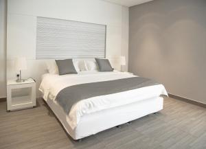 سرير أو أسرّة في غرفة في رفاء للوحدات السكنية المفروشه