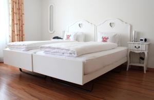 Ein Bett oder Betten in einem Zimmer der Unterkunft Hotel Weisses Kreuz