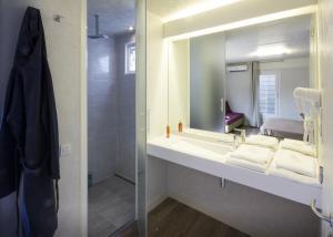 Ein Badezimmer in der Unterkunft Jolly Camping In Town