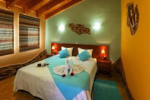 A bed or beds in a room at Montinho De Ouro