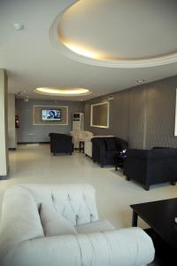 Uma área de estar em Al Nakhlah Furnished Units