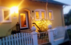 Eine Fassade oder ein Eingang zu Villa Sukka