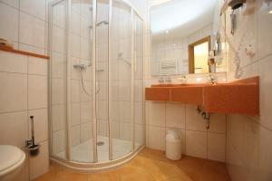 A bathroom at Gasthaus-Pension Islekhöhe Gansen