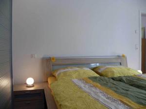 Ein Bett oder Betten in einem Zimmer der Unterkunft Ferienwohnung am Bienenfeld