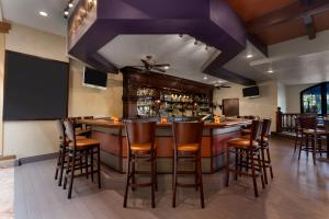 The lounge or bar area at Embassy Suites by Hilton Los Angeles International Airport South