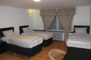 A bed or beds in a room at Hotel Garni Emir