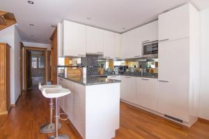 A kitchen or kitchenette at Chalet Haus Perla