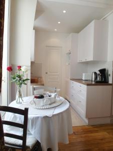 A kitchen or kitchenette at Chambre d hôte : Louvre Elegant Apt Suite