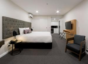 A bed or beds in a room at Avenue Hotel Canberra