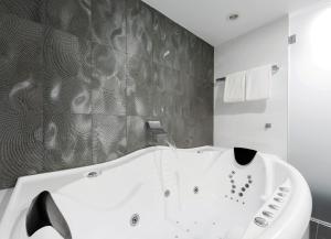 A bathroom at Avenue Hotel Canberra