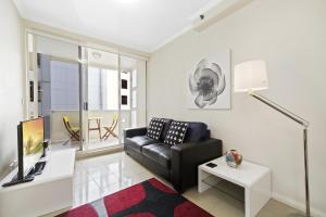 A seating area at Astra Apartments Sydney - Kent Street