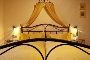 Een bed of bedden in een kamer bij Alte Weinschänke