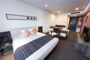 A bed or beds in a room at HOTEL MYSTAYS PREMIER Kanazawa