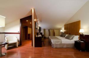 A bed or beds in a room at Catalonia El Pilar