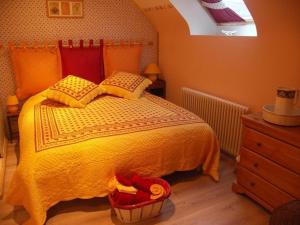A bed or beds in a room at La Doucine