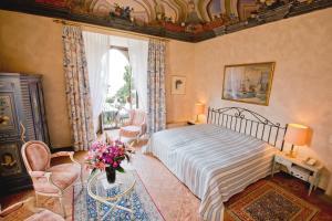 Кровать или кровати в номере Romantik Hotel Castello Seeschloss