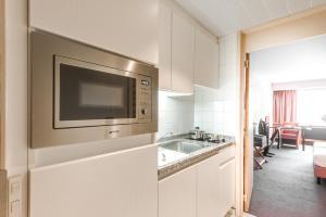 Een keuken of kitchenette bij Arass Hotel
