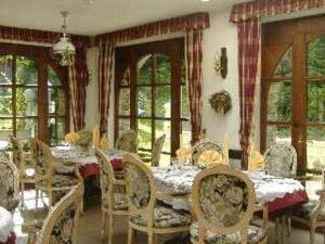 Een restaurant of ander eetgelegenheid bij Hostellerie la Sapiniere