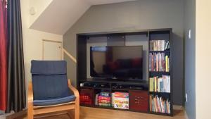 Télévision ou salle de divertissement dans l'établissement L'éco-logis