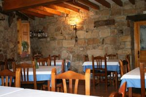 A restaurant or other place to eat at Posada Los Vallucos