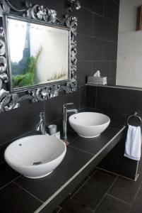 A bathroom at Scallywags Mango Retreat