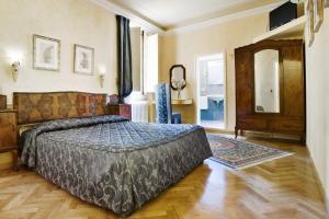 A bed or beds in a room at Hotel Alessandra
