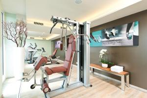 The fitness center and/or fitness facilities at Leonardo Hotel Berlin Mitte