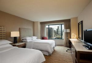 A bed or beds in a room at Sheraton Grand Chicago