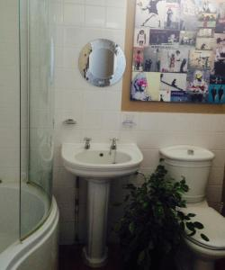 A bathroom at Cashmoor Inn - Inn on the Chase