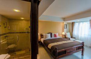 A bed or beds in a room at Goldenbell Hotel Chiangmai
