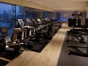 The fitness centre and/or fitness facilities at Palace Hotel Tokyo