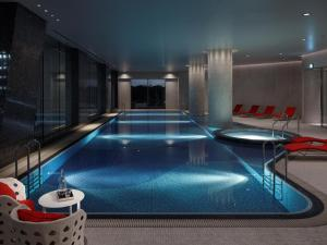 The swimming pool at or close to Palace Hotel Tokyo