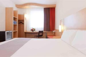 A bed or beds in a room at Ibis Bata