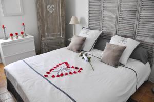 A bed or beds in a room at Gites de l olivier au Mas au Coeur de la Provence &SPA