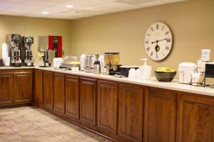 A restaurant or other place to eat at Grand Oaks Hotel