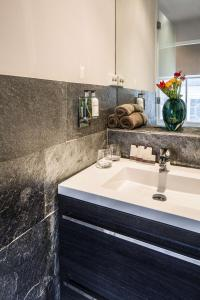 A bathroom at KeizersgrachtSuite471