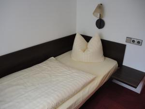 A bed or beds in a room at Hotel Fürstenhof