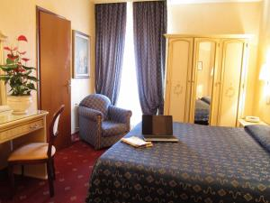 A bed or beds in a room at Hotel Siviglia