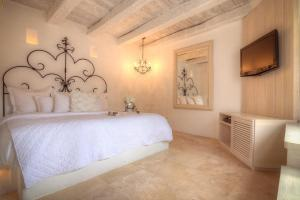 A bed or beds in a room at Casa Logos Hotel Boutique