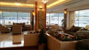 Um restaurante ou outro lugar para comer em Khozama Al Jewa Hotel Apartments