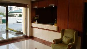 Uma área de estar em Khozama Al Jewa Hotel Apartments