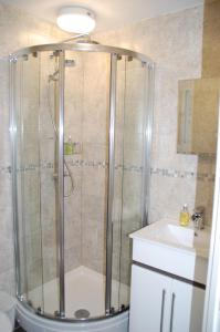 A bathroom at Orchard Hill Hotel