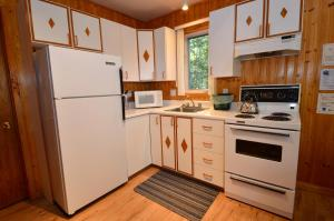 A kitchen or kitchenette at Chalets-Camping Domaine des Dunes