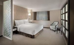 A bed or beds in a room at Dorsett Chengdu