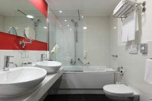 A bathroom at Holiday Inn Genoa City, an IHG Hotel